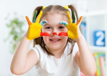 pintura en la cara: lindo chico chica divertirse pintando sus manos y la cara