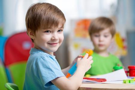 子供たちと一緒に遊んで再生粘土自宅やこんなプレイスクール