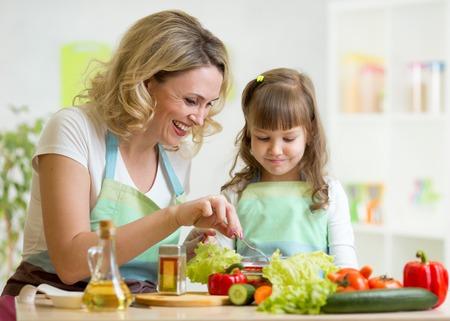 Mutter und Kind Tochter Vorbereitung und Degustation gesunde Ernährung