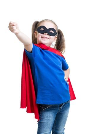 kind meisje spelen superheld geïsoleerd op wit
