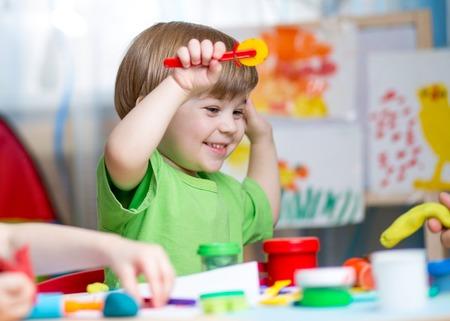 kinderen spelen met play klei thuis of peuterspeelzaal