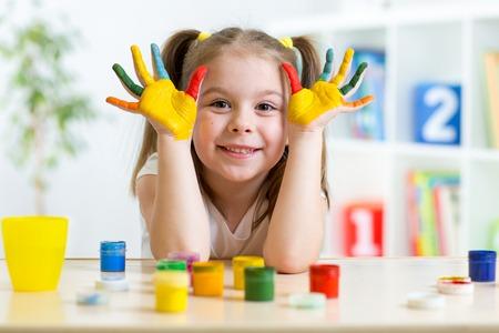 kinderschoenen: Portret van een kind meisje met gezicht en handen geschilderd thuis