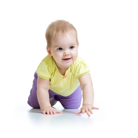 bebe gateando: nena hermosa niña de rastreo aisladas sobre fondo blanco