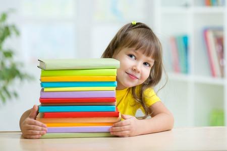 preescolar: Ni�a de preescolar chico inteligente con libros en la escuela primaria Foto de archivo