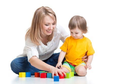 乳幼児: 母親と赤ちゃんは、白で隔離のビルディング ブロックのおもちゃで遊ぶ