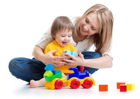 Familia feliz - niño chico y una mamá jugar con juguetes Foto de archivo - 37197882
