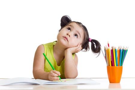 Menina da criança sonhadora com lápis isolado no branco