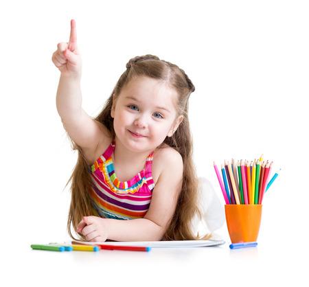 Heureux jeune petite fille dessin avec des crayons d'âge préscolaire Banque d'images - 37376120