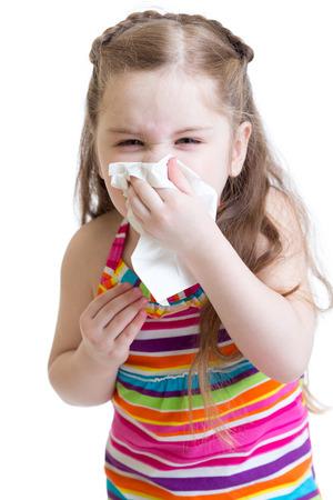 nariz: Niño enfermo que limpia o la nariz con un pañuelo de limpieza aislados en blanco