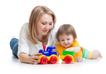 garçon enfant et la mère jouant avec jouet