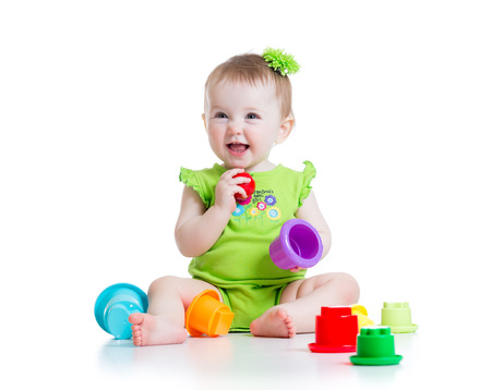 enfant petite fille jouant avec des jouets de couleur