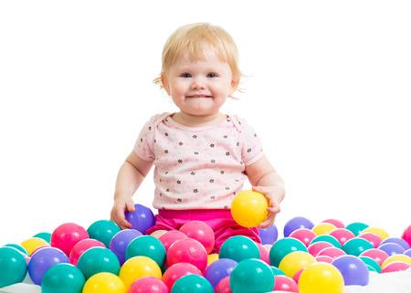 Petite fille dans une fosse de balle avec des boules colorées isolées Banque d'images