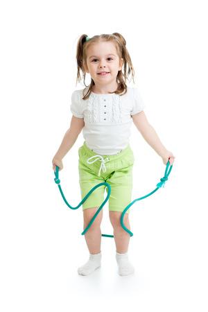 saltar la cuerda: ni�o feliz ni�a saltando con una cuerda aislado Foto de archivo