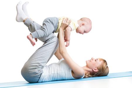 ejercicio aer�bico: feliz madre y del beb� que hace la gimnasia saludables Foto de archivo