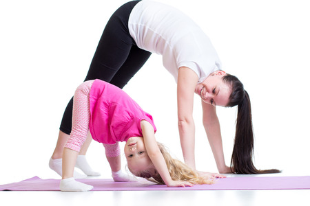 stretching: Madre e hija hijo haciendo ejercicio en casa