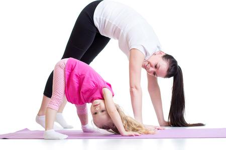 gymnastik: Mutter und Kind Tochter tun Übung zu Hause