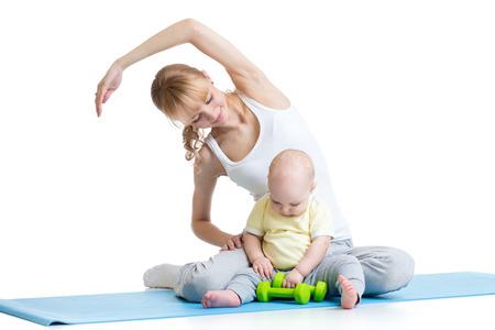 mẹ với đứa con làm bài tập thể dục và thể dục