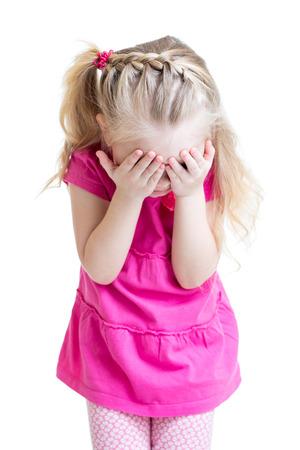 kind meisje haar gezicht bedekken met de hand op een witte achtergrond