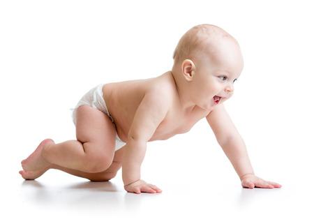 zijaanzicht van kruipende geïsoleerde baby boy