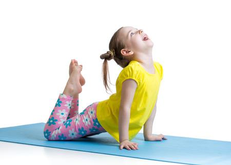 gimnasia: Kid haciendo ejercicios de fitness en la estera aislada