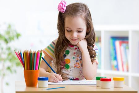 preescolar: Linda niña de edad preescolar niño dibujo de lápiz en casa