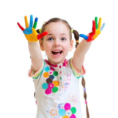 joyeuse petite fille avec des mains dans les peintures isolé sur blanc