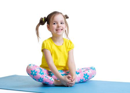 enfant fille ne gymnastique assis dans papillon pose isolé sur blanc