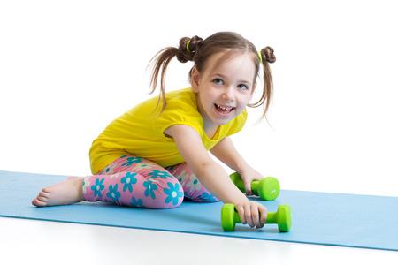 pies bonitos: niña haciendo ejercicios de fitness en la estera Foto de archivo