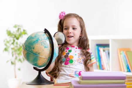 Prodigy: dziecko dziewczyna czytania z lupą szukać po świecie