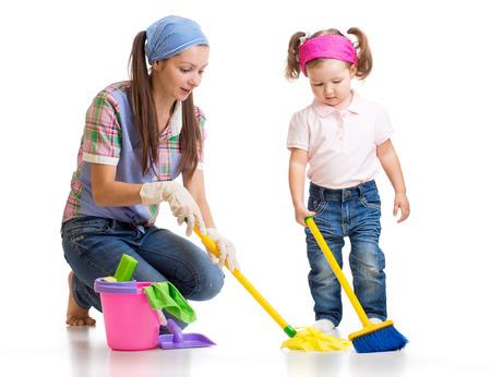 mère heureuse avec salle de nettoyage d'enfant et avoir du plaisir