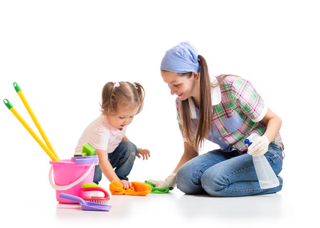 mère apprend à sa fille mignonne salle de nettoyage de l'enfant