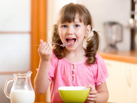 부엌에서 건강한 음식을 먹고 자식 소녀 스톡 콘텐츠
