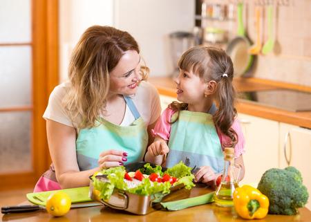 niños cocinando: La madre y el hijo tienen cocina divertida en cocina en el país Foto de archivo