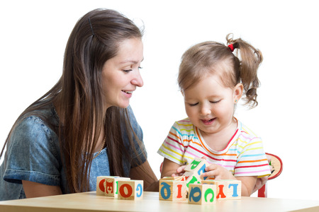 preescolar: La muchacha del niño y la madre han divertido jugando juguetes educativos