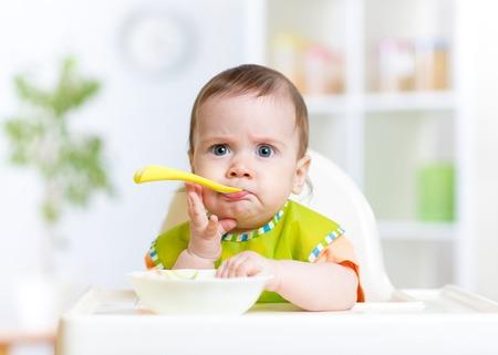 niños comiendo: bebé divertido comer alimentos en la cocina