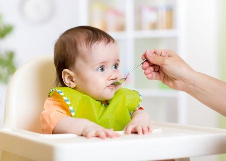 funny Baby-Mädchen essen auf Küchen