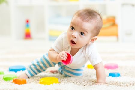 Weinig jongen die in kinderkamer Stockfoto