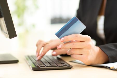 tarjeta de credito: Mujer de negocios que sostiene la tarjeta de cr�dito para el pago en l�nea