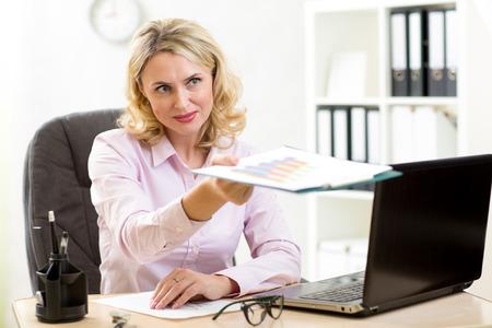 entrevista de trabajo: Empresaria con documentos