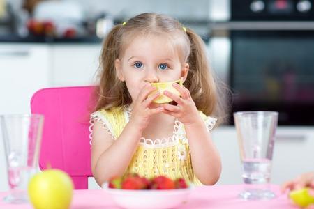 aliments droles: enfant fille manger des aliments sains � la maison