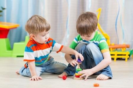 juguete: niños pequeños niños jugando con juguetes en el hogar Foto de archivo