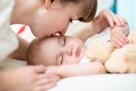 madre y bebe: Primer en la madre que besa al hijo del bebé para dormir