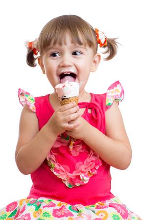 niña comiendo: niño feliz niña comiendo helado en el estudio aislado