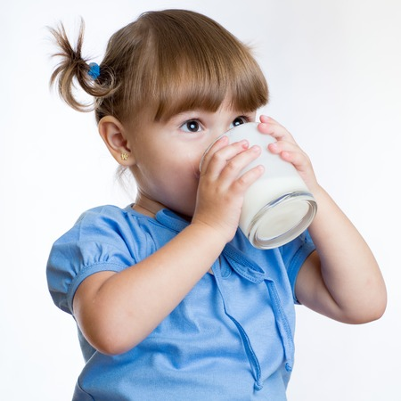 Kid Mädchen trinken Milch oder Joghurt aus Glas