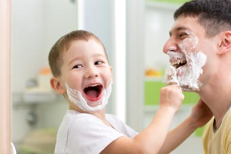 遊び心のある父と彼の子供息子シェービングとバスルームで楽しんで