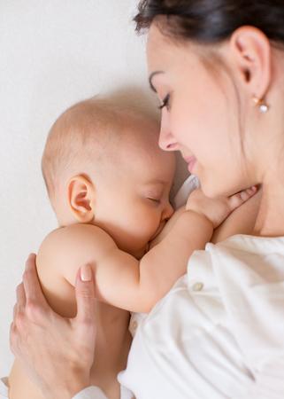 glücklich Mutter ihr Baby Säuglingsernährung