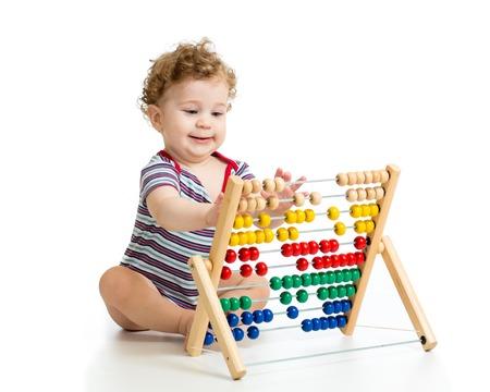 Prodigy: Chłopiec z Abakus zabawki. Koncepcja wczesnego uczenia dziecka Zdjęcie Seryjne