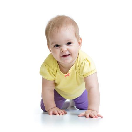 bebe gateando: beb� divertido arrastra en suelo aislado en blanco