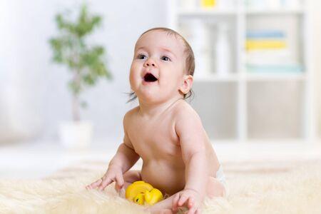 bebe sentado: lindo bebé sentado en el piso en el hogar