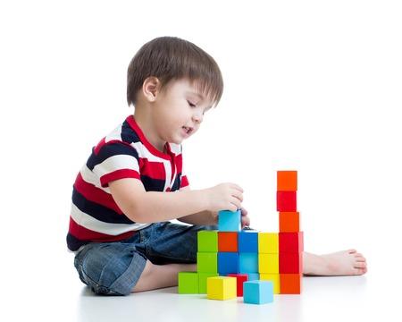 kid spelen stuk speelgoed blokken op een witte achtergrond